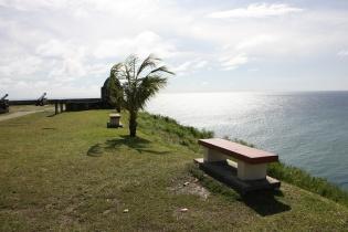 崖沿いのベンチ