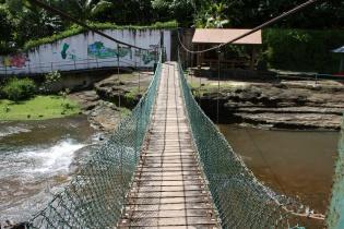 第一の滝付近の吊り橋を渡る