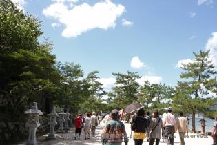 神社へ続く砂利道