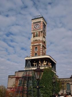 パークのシンボル、大きなからくり時計