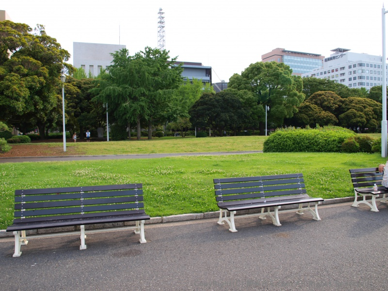 黒いベンチ