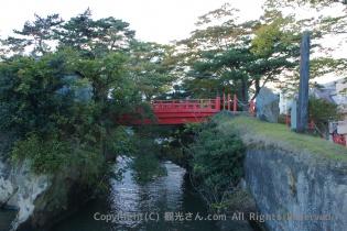 五大堂の途中の赤い橋「すかし橋」