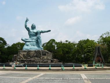 平和祈念像と折鶴の塔