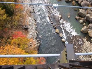 吊り橋脇から