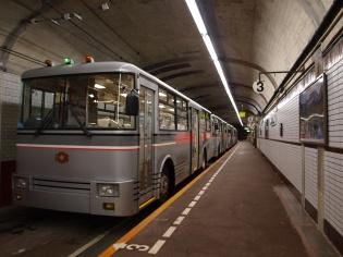 電気で動くバス